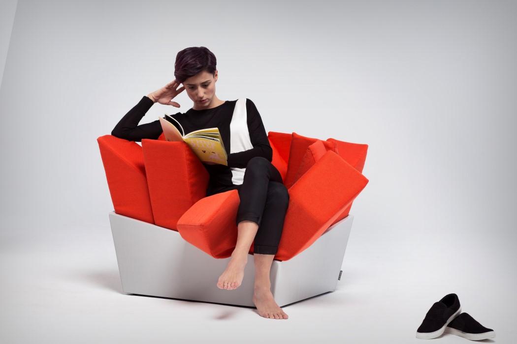 طراحی خلاقانه صندلی با بالشتک هایی قرمز